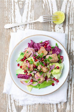 salad - Salad with avocado, sesame seed tuna, red onions and pomegranate seeds Stock Photo - Premium Royalty-Free, Code: 659-08419594