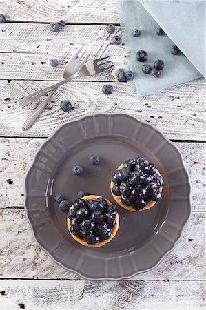 sweet - Two blueberry tartlets on a plate (seen from above) Stock Photo - Premium Royalty-Free, Code: 659-08419945