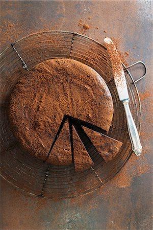 Whiskey truffle cake with cocoa powder, sliced Stock Photo - Premium Royalty-Free, Code: 659-08512919