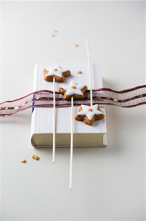 stars on white background - Cinnamon stars decorated with mini sugar stars on sticks Stock Photo - Premium Royalty-Free, Code: 659-08513169