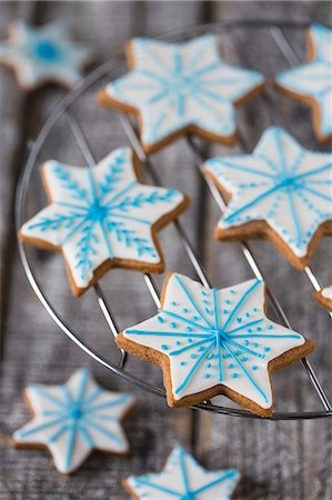 Gingerbread star biscuits decorated with blue and white icing Stock Photo - Premium Royalty-Free, Code: 659-08513234
