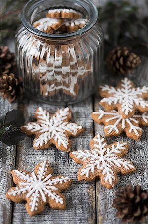 Gingerbread snowflake biscuits decorated with icing, some in a jar Stock Photo - Premium Royalty-Free, Code: 659-08513235