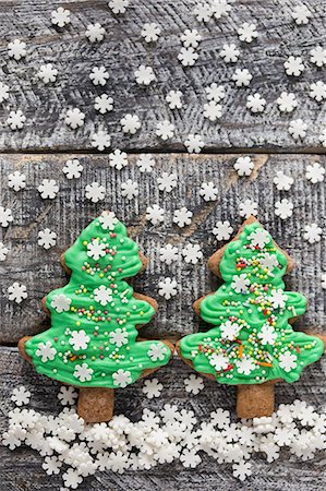 Gingerbread Christmas tree biscuits with green icing and sugar snowflakes Stock Photo - Premium Royalty-Free, Code: 659-08513233