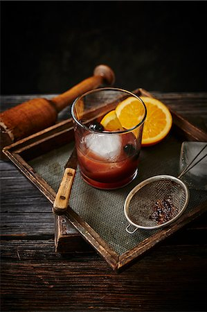 An Old Fashioned cocktail with oranges and cherries Photographie de stock - Premium Libres de Droits, Code: 659-08903699
