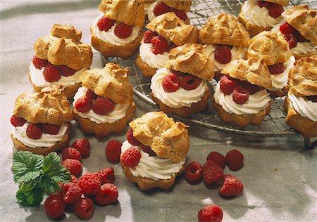 puff - Cream puff with raspberry cream Stock Photo - Premium Royalty-Free, Code: 659-01848767