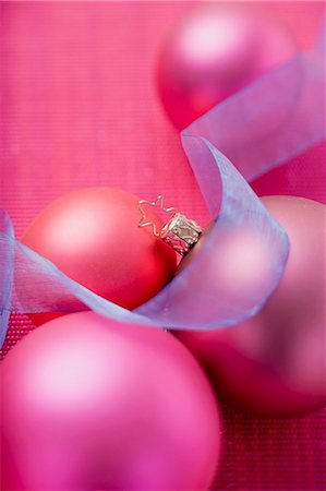 Pink Christmas baubles with blue ribbon Stock Photo - Premium Royalty-Free, Code: 659-03524829