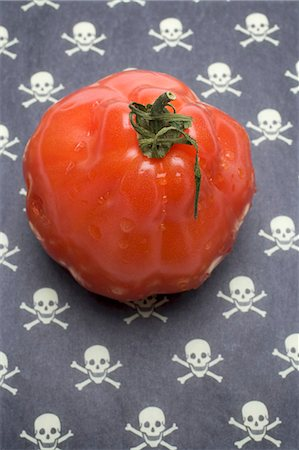 poison - Tomato on a patterned background (skulls and crossbones) Stock Photo - Premium Royalty-Free, Code: 659-03535616