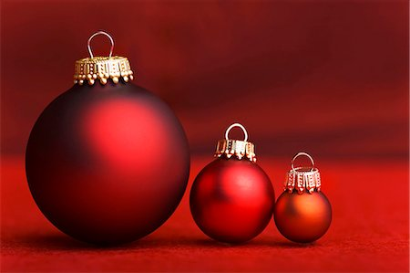 Three Christmas baubles in shades of red Stock Photo - Premium Royalty-Free, Code: 659-03536637