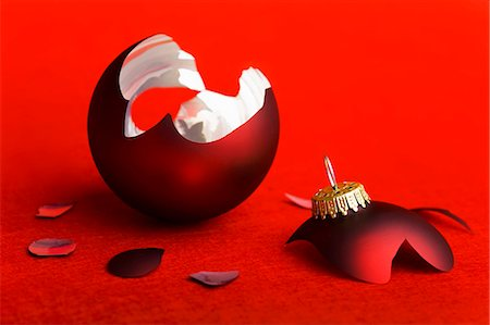 Broken red Christmas bauble Stock Photo - Premium Royalty-Free, Code: 659-03536644