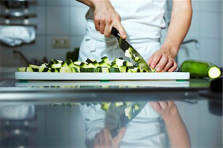 Chef chopping courgettes Foto de stock - Sin royalties Premium, Código: 659-03537675