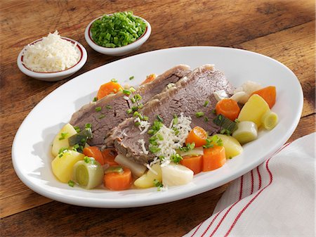 Boiled beef with vegetables, horseradish and chives Foto de stock - Royalty Free Premium, Número: 659-03533975