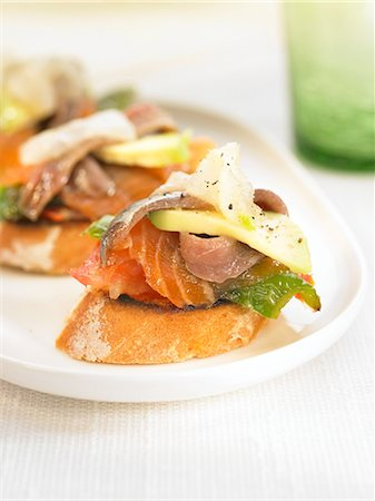 smoked - Smoked fish and grilled green peppers on a bite-size slice of bread Stock Photo - Premium Royalty-Free, Code: 652-03802607