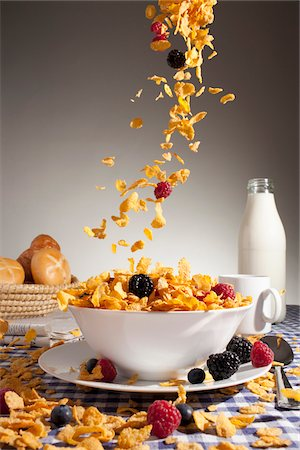 spill - Cereal and fruit being poured into a bowl Stock Photo - Premium Royalty-Free, Code: 653-05976394