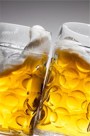 Toasting with two glasses of beer Foto de stock - Sin royalties Premium, Código: 653-05976416