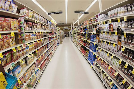 supermarket not people - An aisle of a grocery store, diminishing perspective Stock Photo - Premium Royalty-Free, Code: 653-05976767
