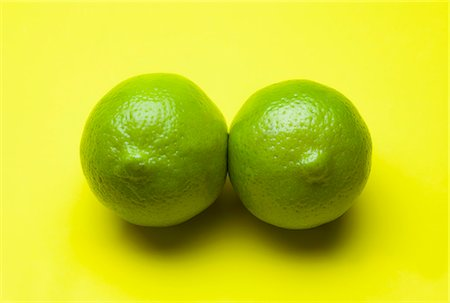 picture - Two limes arranged to look like a pair of breasts Stock Photo - Premium Royalty-Free, Code: 653-06534369
