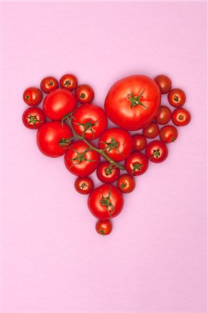 Various sizes of tomatoes arranged into the shape of a heart Stock Photo - Premium Royalty-Free, Code: 653-06534929