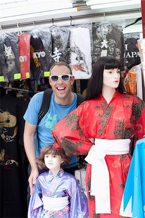 Tourist standing beside female mannequins wearing kimonos, Stock Photo - Premium Royalty-Free, Code: 653-06534986