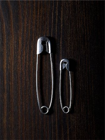 small - Two different sized safety pins, side by side Stock Photo - Premium Royalty-Free, Code: 653-07233954