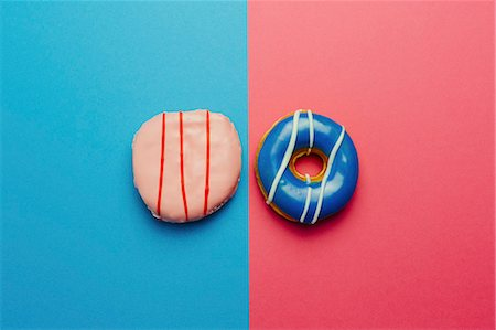 photografia - Directly above shot of donuts on colored background Foto de stock - Royalty Free Premium, Número: 653-08541789