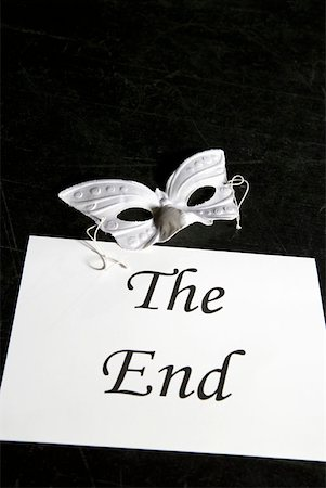 A mask and a sign for 'The End' on a theater stage Stock Photo - Premium Royalty-Free, Code: 653-01665917