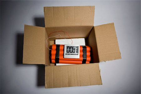 A dynamite time bomb in a cardboard box with 1 second left on the timer Stock Photo - Premium Royalty-Free, Code: 653-02634575