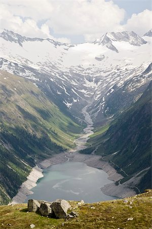 View of a valley and reservoir in the Austrian Alps Foto de stock - Royalty Free Premium, Número: 653-02634672