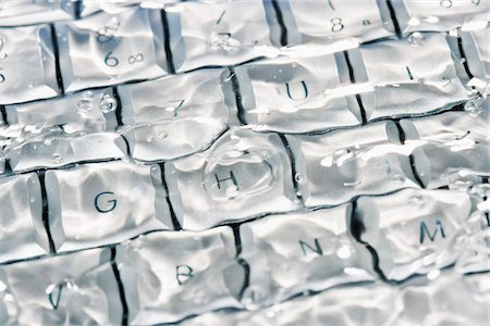 dangerous accident - Detail of a computer keyboard underwater Stock Photo - Premium Royalty-Free, Code: 653-03843273