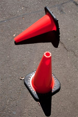 Two traffic cones on asphalt Foto de stock - Sin royalties Premium, Código: 653-03843345