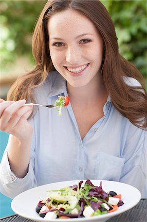 expresivo - Young woman eating a salad. Foto de stock - Sin royalties Premium, Código: 679-07607565
