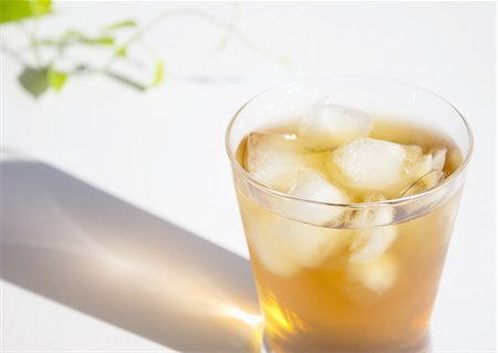 refraction - A glass of barley tea Stock Photo - Premium Royalty-Free, Code: 670-06450280