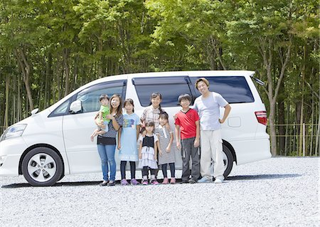 Big family in a row standing in front of a car Stock Photo - Premium Royalty-Free, Code: 670-06450969