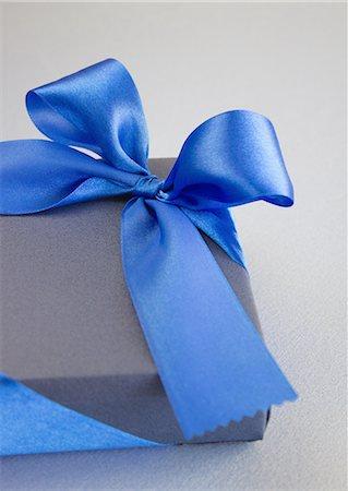 Blue gift box Stock Photo - Premium Royalty-Free, Code: 670-06451372