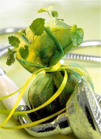Herb sachet and shower head Stock Photo - Premium Royalty-Free, Code: 689-05610179