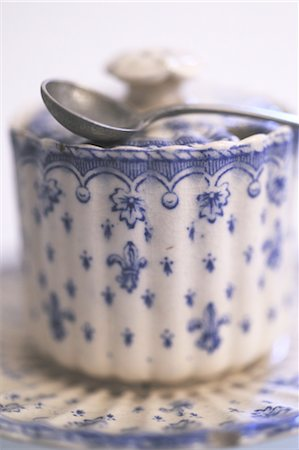 Porcelain sugar box Stock Photo - Premium Royalty-Free, Code: 689-05610500