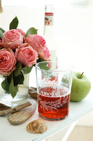 decorations - Bunch of roses, beverage and apple Stock Photo - Premium Royalty-Free, Code: 689-05610603