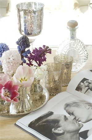 Coffee table book and hyacinths and tulips Stock Photo - Premium Royalty-Free, Code: 689-05611361