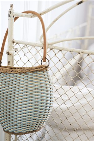 Handbag hanging at bedpost Stock Photo - Premium Royalty-Free, Code: 689-05611466