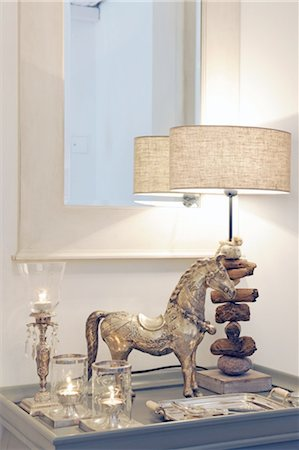 decorations - Horse figurine, table lamp and candles at mirror Stock Photo - Premium Royalty-Free, Code: 689-05611833