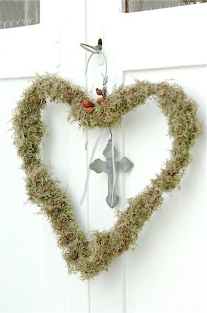 Heart-shaped wreath hanging at door Stock Photo - Premium Royalty-Free, Code: 689-05612508