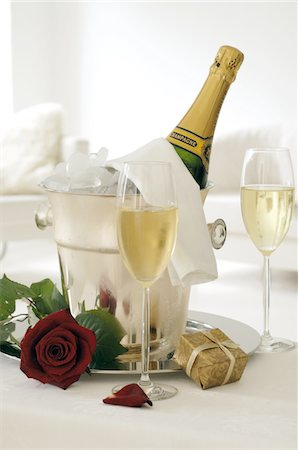 present wrapped close up - Champagne in ice bucket and red rose Stock Photo - Premium Royalty-Free, Code: 689-05612607