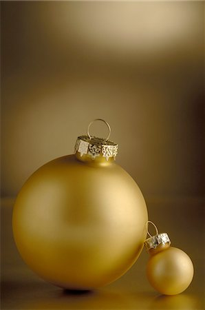Two golden Christmas baubles Stock Photo - Premium Royalty-Free, Code: 689-03733602
