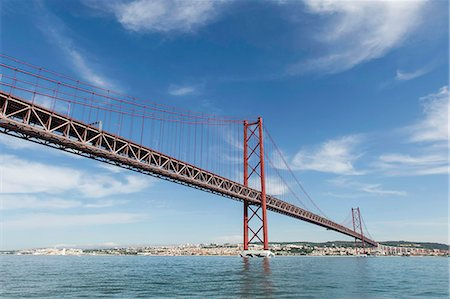 edificio - 25 de Abril Bridge over Tagus river, Lisbon, Portugal Foto de stock - Sin royalties Premium, Código: 682-07281484
