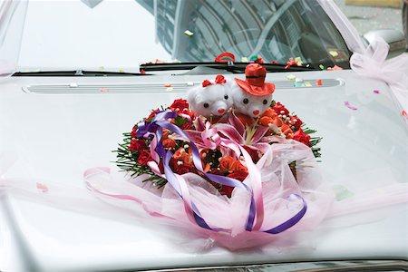 Wedding decorations on hood of car Stock Photo - Premium Royalty-Free, Code: 695-03377445