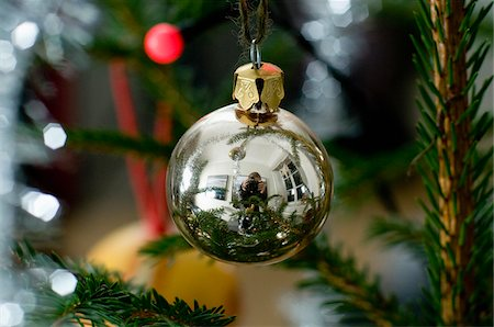 Reflection of photographer on Christmas ball Stock Photo - Premium Royalty-Free, Code: 698-05959399