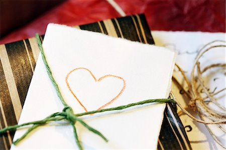Close-up of heart drawn on paper tied with gift Stock Photo - Premium Royalty-Free, Code: 698-06116888