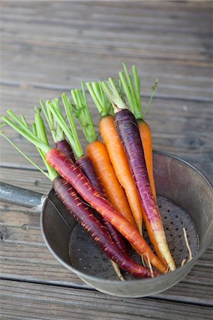 purple - Fresh carrots in colander on wooden plank Stock Photo - Premium Royalty-Free, Code: 698-06615447