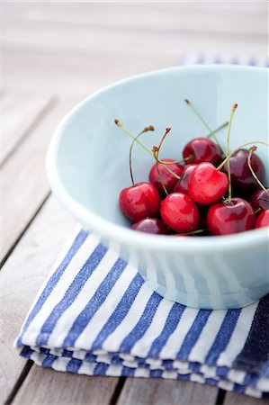Fresh cherries in bowl on tablecloth Stock Photo - Premium Royalty-Free, Code: 698-06615456