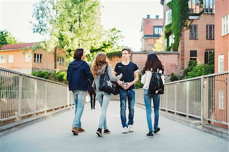 Male teenager walking with friends on bridge Foto de stock - Sin royalties Premium, Código: 698-08331022