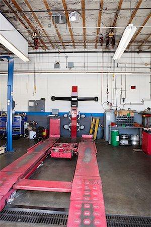 Empty hoist in car workshop Stock Photo - Premium Royalty-Free, Code: 693-06120948